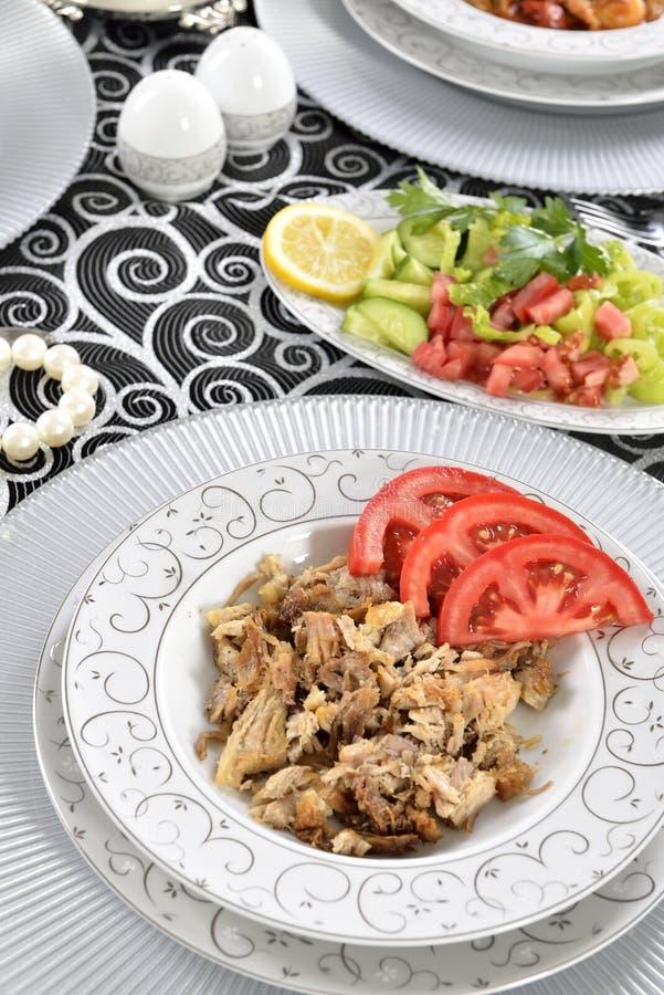 Chiche-kebab turc avec des pommes frites et des tomates photos libres de droits