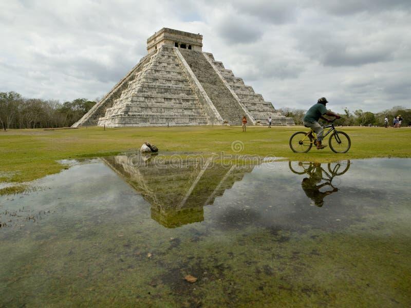chichen den kukulkan pyramiden för itzaen royaltyfria bilder