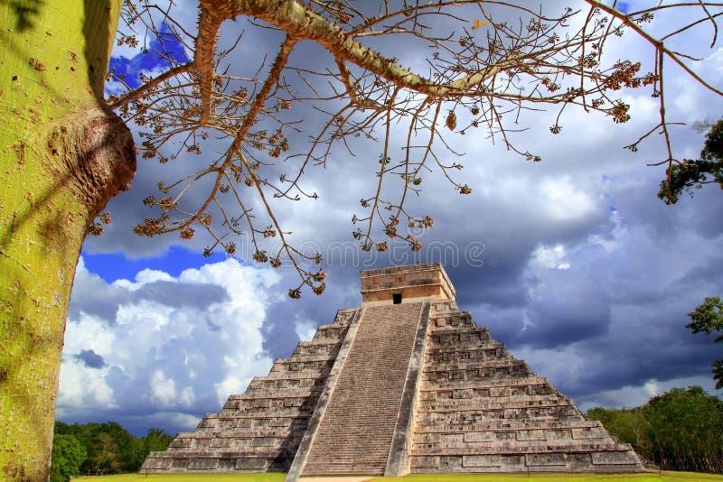chichen dramatycznego itza Mexico niebo zdjęcia royalty free