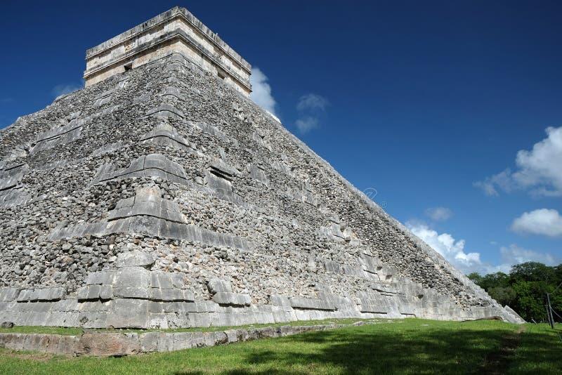 chichen itza墨西哥 埃尔卡斯蒂约金字塔看法从角落的 免版税库存图片