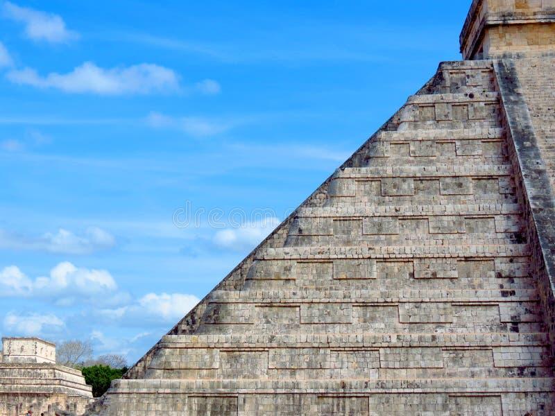 Chichen Itza, Мексика; 16-ое апреля 2015: Люди посещая старинные здания культуры Майя любят пирамида, висок ягуара, планета стоковое фото rf