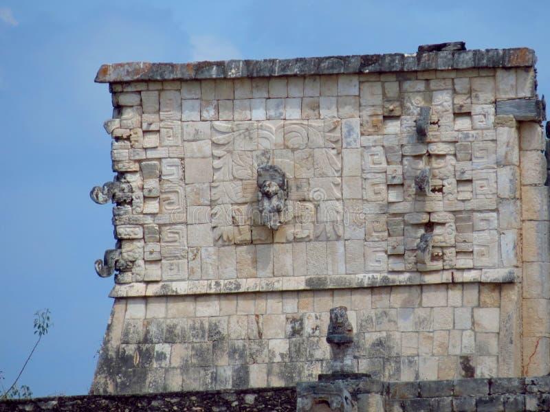Chichen Itza, Мексика; 16-ое апреля 2015: Люди посещая старинные здания культуры Майя любят пирамида, висок ягуара, планета стоковые фотографии rf