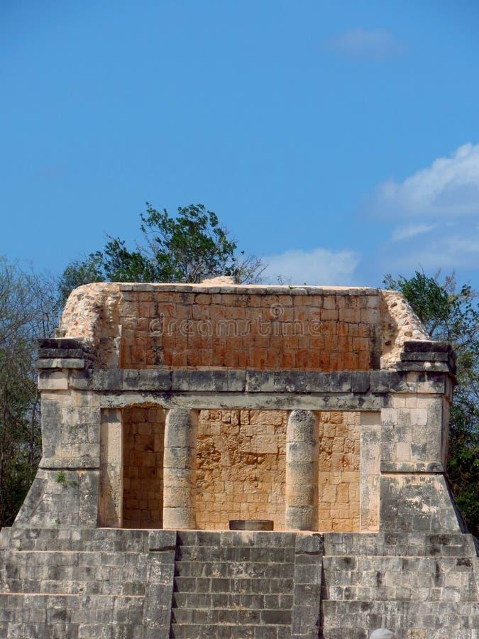Chichen Itza, Мексика; 16-ое апреля 2015: Люди посещая старинные здания культуры Майя любят пирамида, висок ягуара, планета стоковые изображения