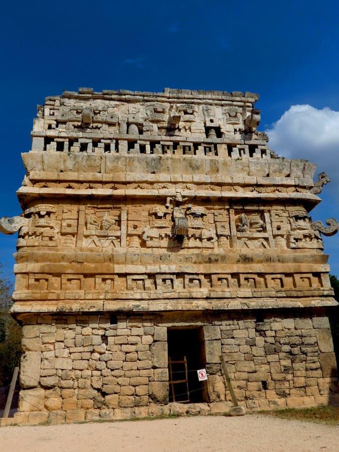 Chichen Itza, Мексика; 16-ое апреля 2015: Люди посещая старинные здания культуры Майя любят пирамида, висок ягуара, планета стоковые изображения rf