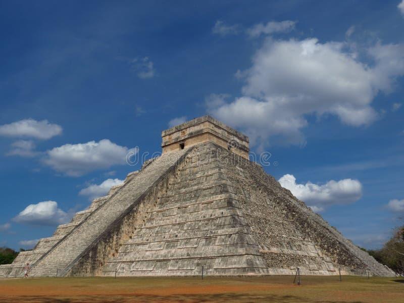 Chichen Itza, Мексика; 16-ое апреля 2015: Люди посещая старинные здания культуры Майя любят пирамида, висок ягуара, планета стоковое фото
