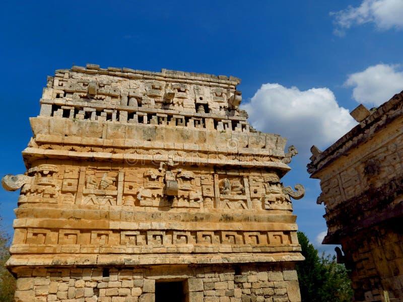 Chichen Itza, Мексика; 16-ое апреля 2015: Люди посещая старинные здания культуры Майя любят пирамида, висок ягуара, планета стоковое изображение rf
