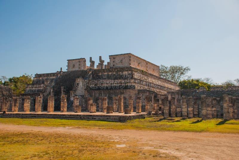 Chichen Itza, colonnes dans le temple de mille guerriers, Mexique photos stock
