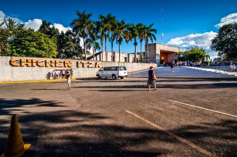 Chichen Itza, México - 15 de noviembre de 2010 Entrada al área de Archaelogical de la pirámide mexicana famosa Chichen-Itza imagen de archivo libre de regalías