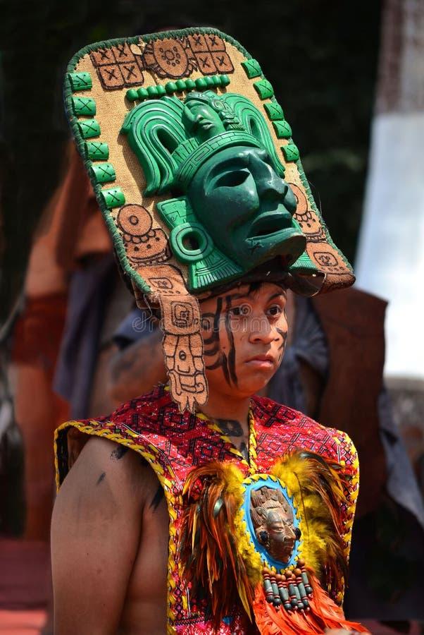 CHICHEN ITZA, MÉXICO - MARZO 21,2014: Bailarines mayas nativos que se realizan en el Chichen Itza imágenes de archivo libres de regalías