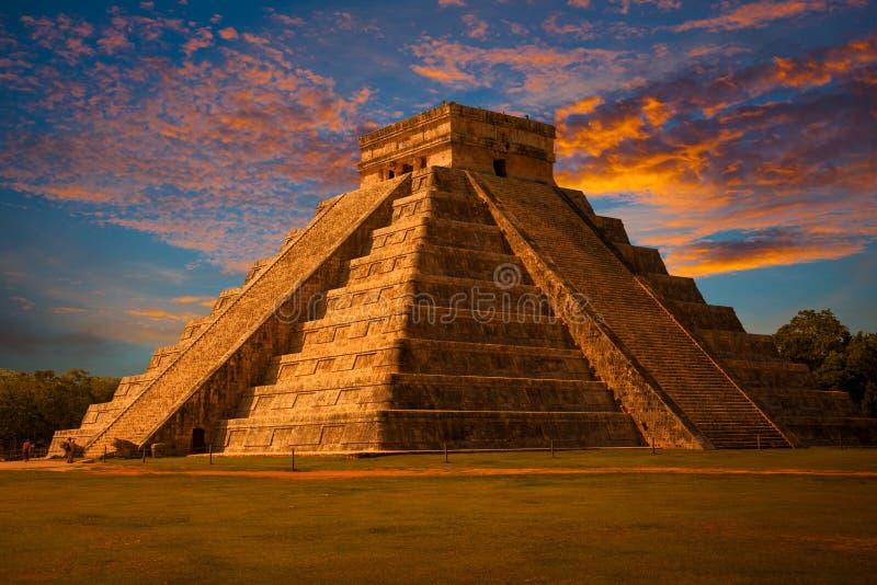 Chichen Itza, mayan piramide bij zonsondergang stock afbeeldingen