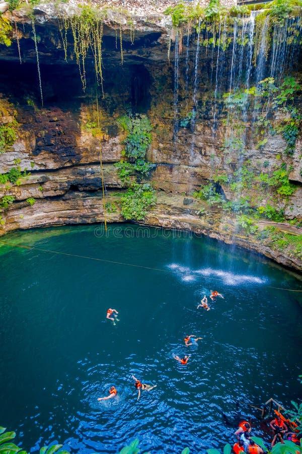 CHICHEN ITZA MEKSYK, LISTOPAD, - 12, 2017: Niezidentyfikowani ludzie pływa przy Ik-Kil Cenote blisko Chichen Itza, Meksyk obraz stock