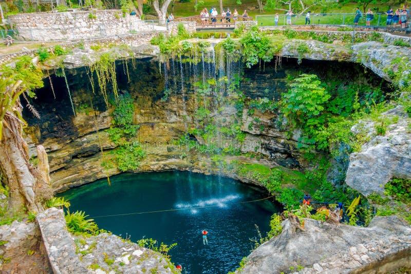 CHICHEN ITZA MEKSYK, LISTOPAD, - 12, 2017: Odgórny widok Ik-Kil Cenote blisko Chichen Itza, Meksyk Uroczy cenote z zdjęcie royalty free
