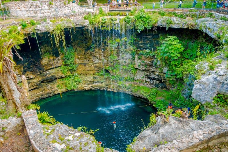 CHICHEN ITZA MEKSYK, LISTOPAD, - 12, 2017: Odgórny widok Ik-Kil Cenote blisko Chichen Itza, Meksyk Uroczy cenote z obraz royalty free