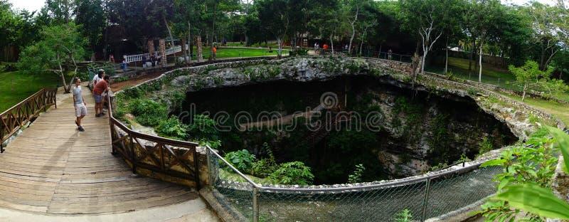 CHICHEN ITZA MEKSYK, LISTOPAD, - 12, 2017: Panoramiczny widok cieszy się od wierzchołka Ik-Kil Cenote niezidentyfikowany peple, b zdjęcia stock