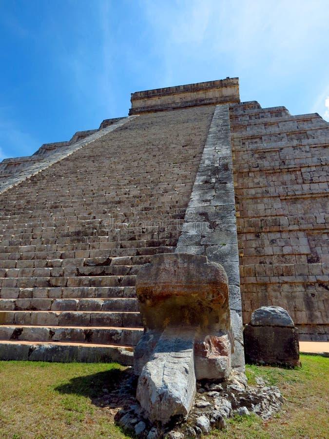 Chichen Itza, Mexico; 16 april 2015: Mensen die de oude gebouwen van maya cultuur zoals de piramide bezoeken, jaguartempel, plane royalty-vrije stock foto