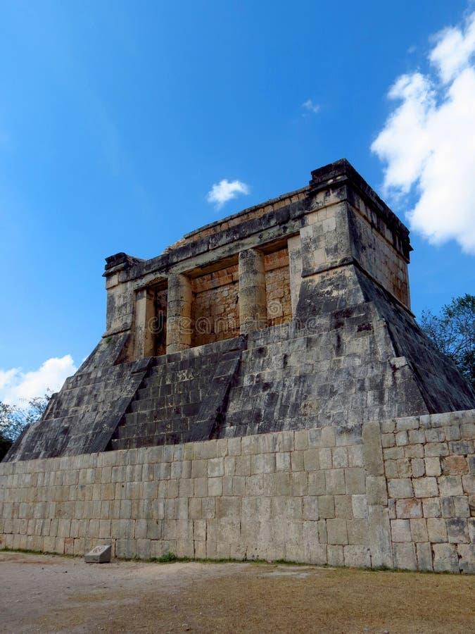 Chichen Itza, Mexico; 16 april 2015: Mensen die de oude gebouwen van maya cultuur zoals de piramide bezoeken, jaguartempel, plane royalty-vrije stock afbeelding