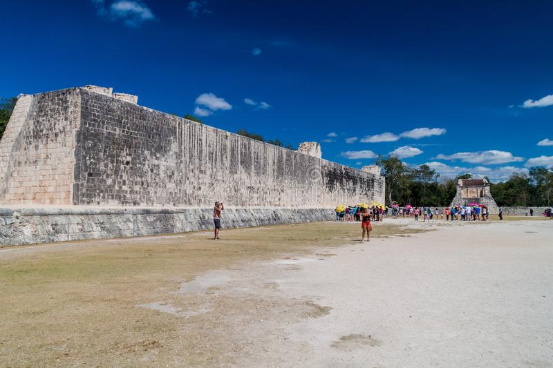 CHICHEN ITZA, MEXICO - FEB 26, 2016: Crowds of tourists visit The great ball game court at the archeological site stock photography