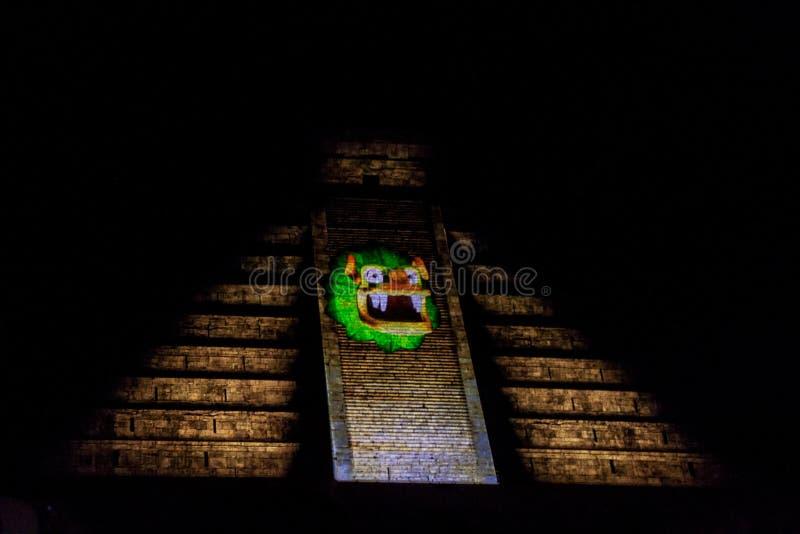 CHICHEN ITZA, MEXICO - FEBRUARI 25, 2016: Ljus show på den Kukulkan pyramiden i den forntida Mayan staden Chichen Itza, Mexi royaltyfria bilder