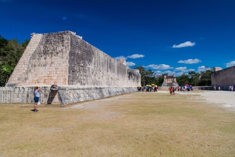 CHICHEN ITZA, MEXIQUE - 26 FÉVRIER 2016 : Les foules des touristes visitent la grande cour de jeu de boule au site archéologique images stock