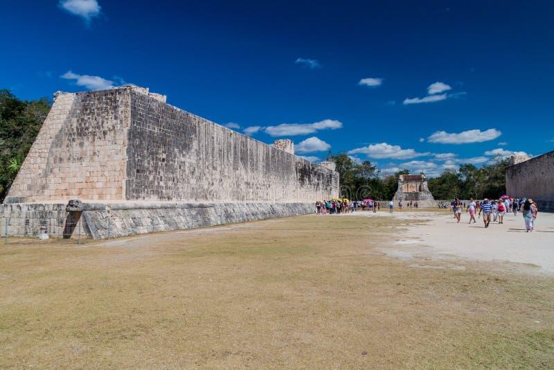 CHICHEN ITZA, MEXIQUE - 26 FÉVRIER 2016 : Les foules des touristes visitent la grande cour de jeu de boule au site archéologique photo stock