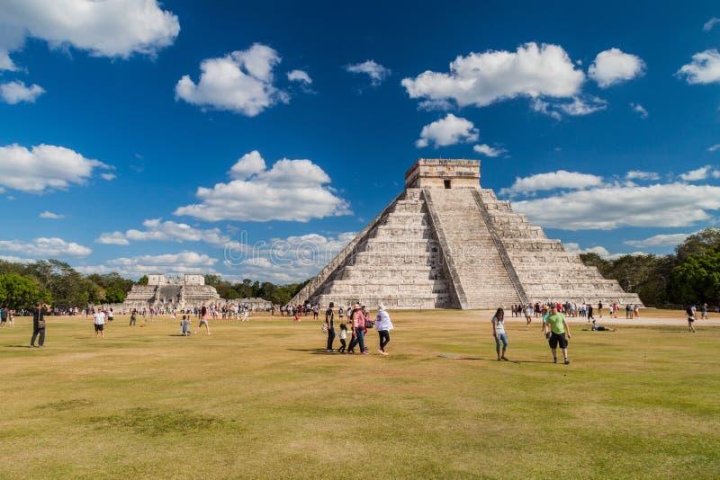 CHICHEN ITZA, MEXIQUE - 26 FÉVRIER 2016 : Les foules des touristes visitent la pyramide de Kukulkan au site archéologique Chichen photos libres de droits