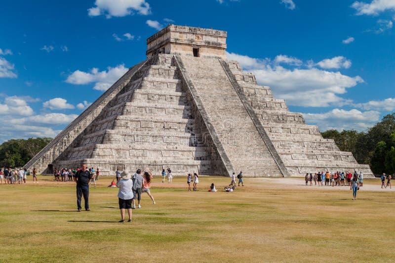 CHICHEN ITZA, MEXIQUE - 26 FÉVRIER 2016 : Les foules des touristes visitent la pyramide de Kukulkan au site archéologique Chichen photo stock