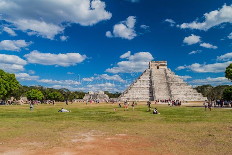 CHICHEN ITZA, MEXIQUE - 26 FÉVRIER 2016 : Les foules des touristes visitent la pyramide de Kukulkan au site archéologique Chichen photographie stock libre de droits