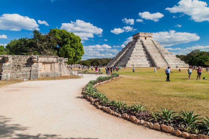 CHICHEN ITZA, MEXIQUE - 26 FÉVRIER 2016 : Les foules des touristes visitent la pyramide de Kukulkan au site archéologique Chichen image stock