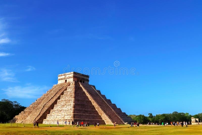 Chichen Itza pyramid p? bakgrunden av ljus bl? himmel Det mest ber?mda arkeologiska komplexet av mayaen i Mexico arkivfoton