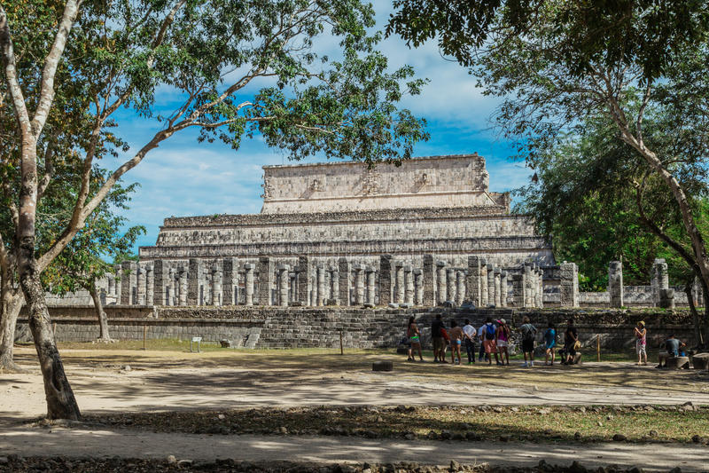 Chichen Itza Ruínas maias, colunas no templo de mil guerreiros Iucatão, México fotos de stock royalty free