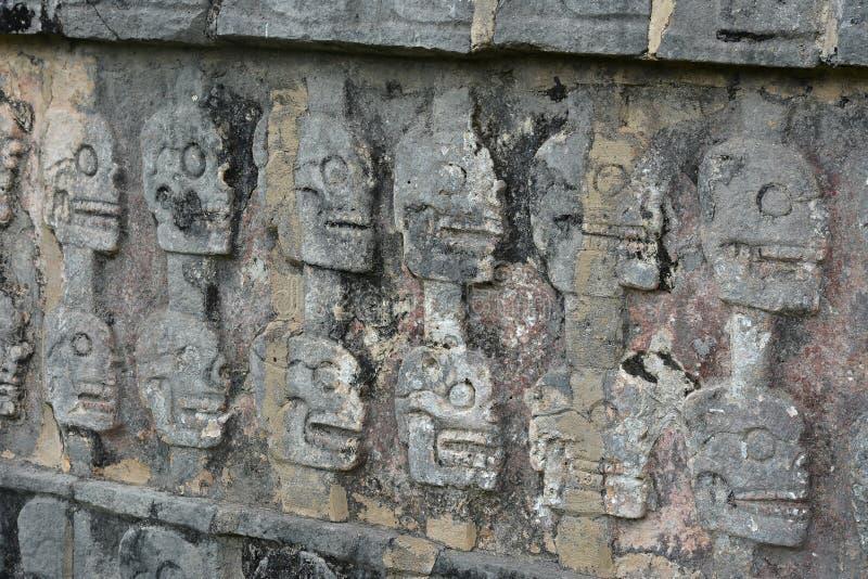 Chichen Itza Tzompantli väggen av skallar (tempel av skallar), M royaltyfri fotografi