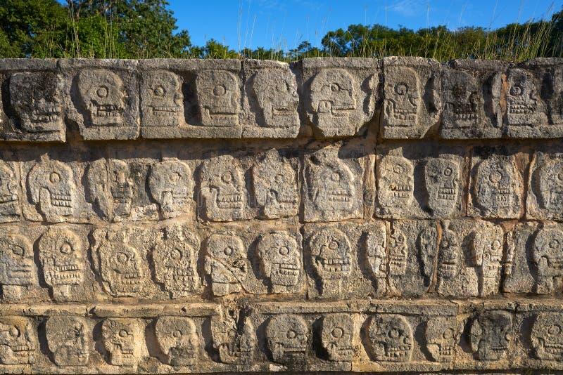 chichen väggen för itzaskalletzompantlien arkivbilder