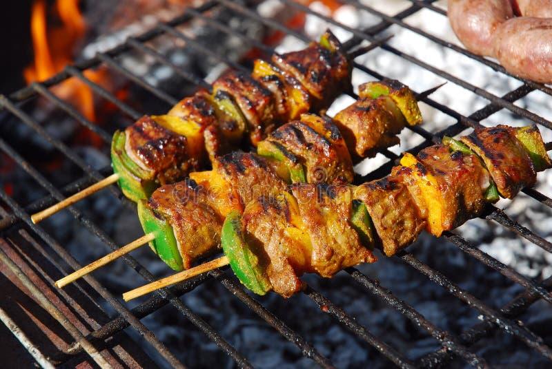 Chiches-kebabs de boeuf sur le barbecue photographie stock
