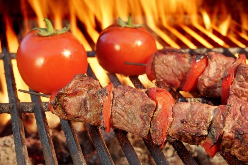 Chiches-kebabs de boeuf sur le gril chaud de BBQ images stock