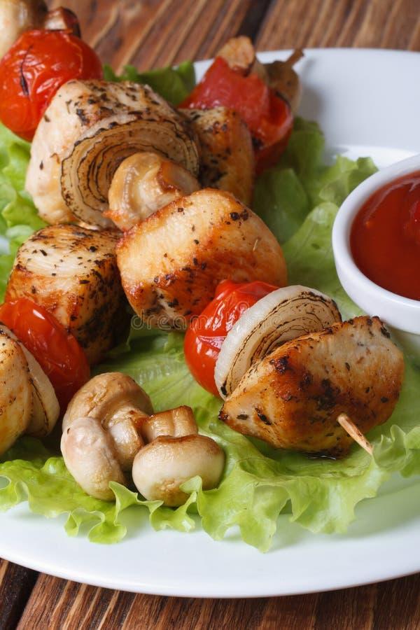 Chiches-kebabs de poulet avec des légumes et des champignons sur des brochettes images stock