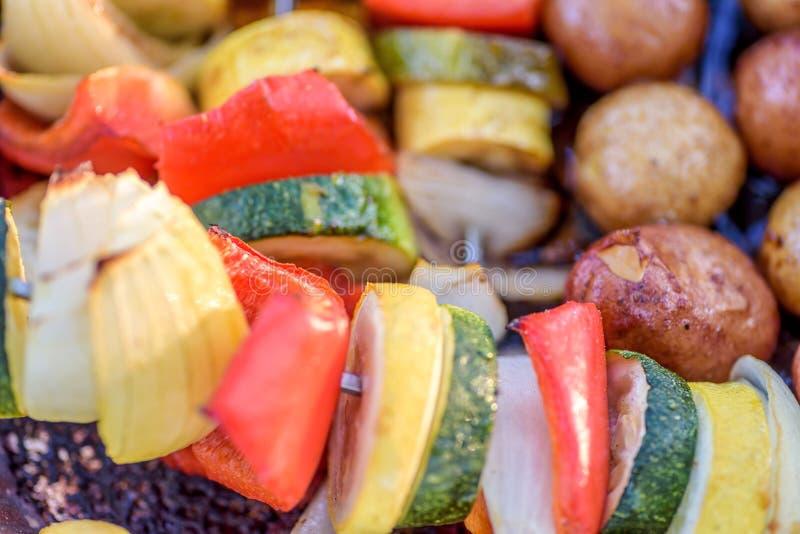 Chiches-kebabs de Veggie sur le gril dans l'été images libres de droits