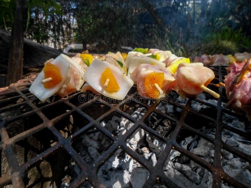 Chiches-kebabs rustiques de poulet image stock