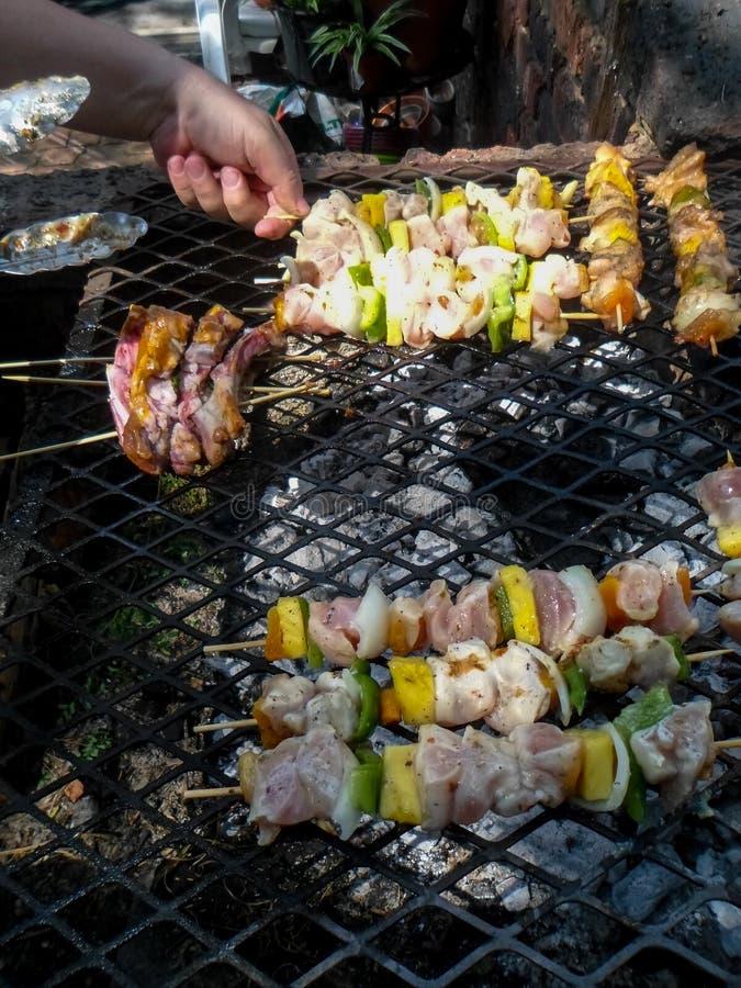 Chiches-kebabs rustiques de poulet photos libres de droits