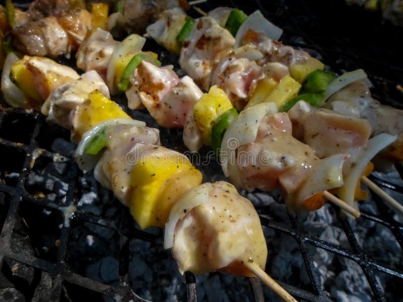 Chiches-kebabs rustiques de poulet photographie stock