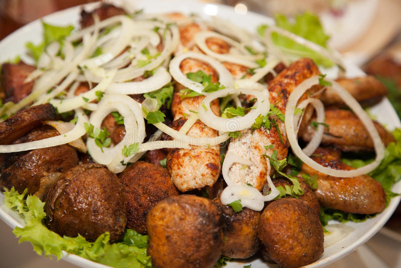 Chiches-kebabs sur un plateau images libres de droits