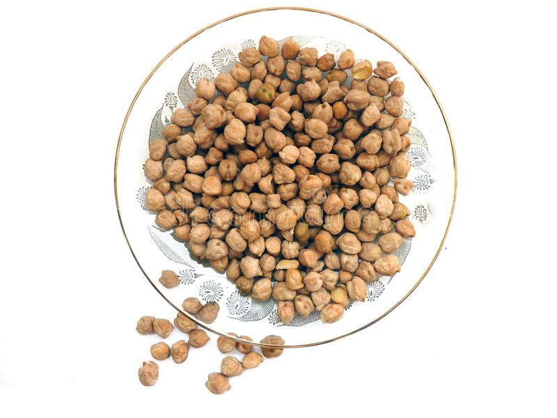 Chichpeas或豌豆在一块小美丽的板材 免版税库存图片