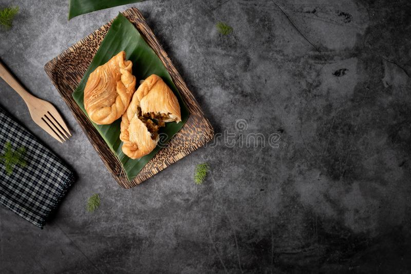Chicken Curry Puff op cementtextuurachtergrond, traditionele Thaise snack royalty-vrije stock foto's