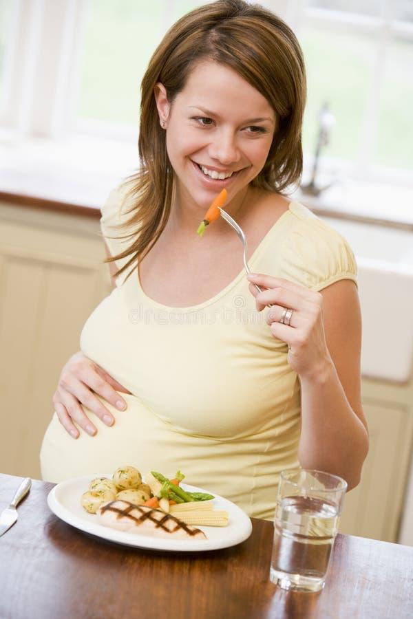 chicken eating kitchen pregnant woman στοκ φωτογραφία με δικαίωμα ελεύθερης χρήσης