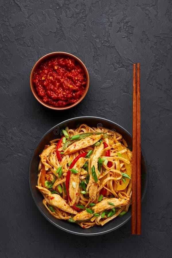 Chicken Schezwan Noodles ou Hakka ou Chow Mein em prato preto em fundo escuro Schezwan Noodles é prato quente da cozinha chinesa  fotos de stock royalty free