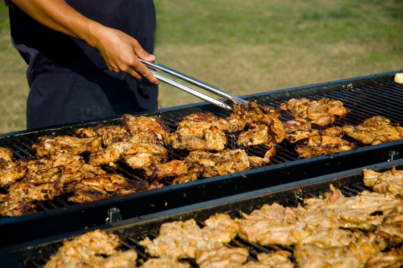 CHICKENcooking no BBQ imagens de stock