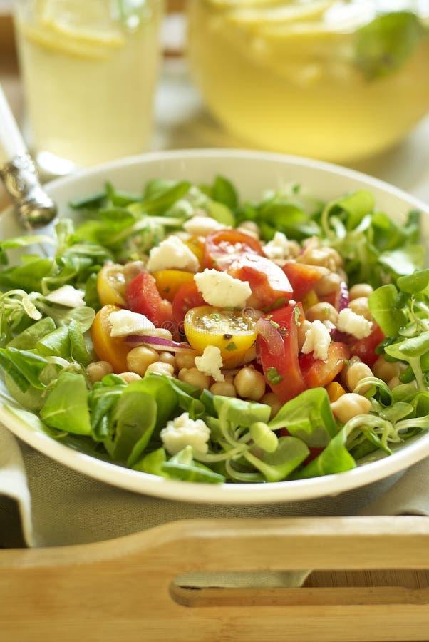 Chickpea και πιπεριών σαλάτα με τις ντομάτες κερασιών και το τυρί αιγών στοκ φωτογραφίες με δικαίωμα ελεύθερης χρήσης