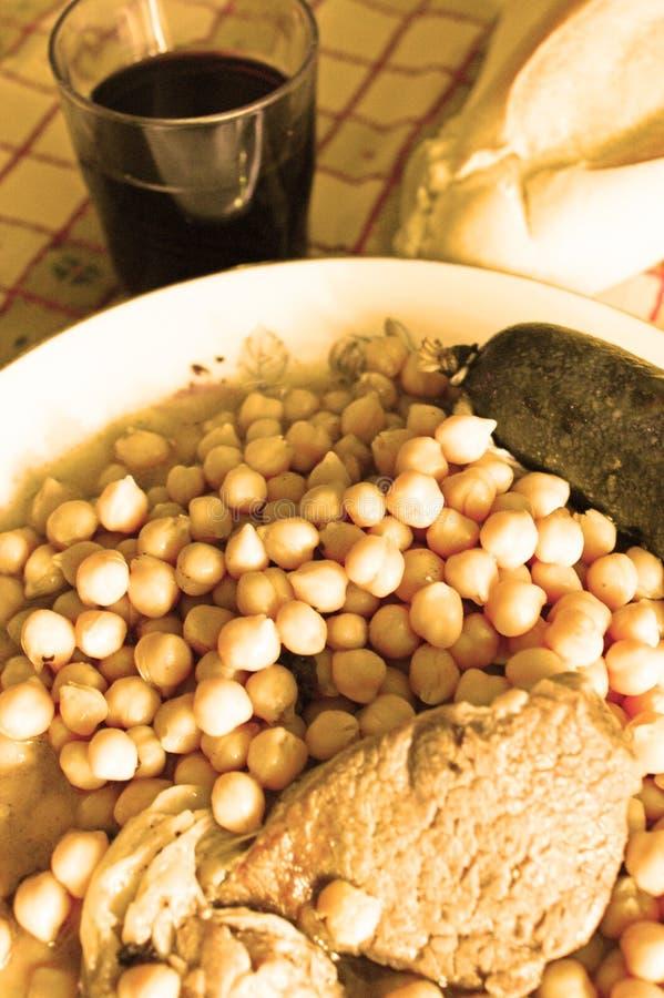 Chickpeas που μαγειρεύονται με το λουκάνικο αίματος, κρέας, μπέϊκον ψωμί σπιτικό απομονωμένο κρασί waite του OM κόκκινο στοκ φωτογραφίες με δικαίωμα ελεύθερης χρήσης
