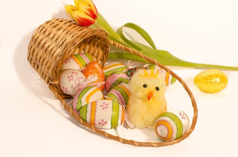 Chicling pelucheux et oeufs de Pâques photo libre de droits