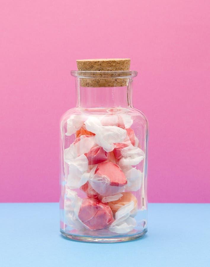 Chicloso del agua salada en tarro tapado con corcho imágenes de archivo libres de regalías