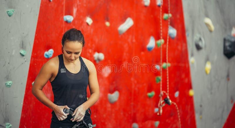 Chicote de fios apropriado do alpinista que prepara-se para a subida na rocha interna foto de stock royalty free